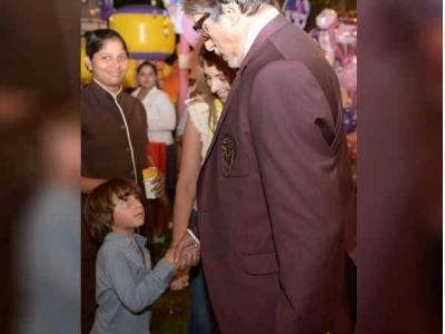 दादाजी आप हमारे साथ क्यों नहीं रहते - अमिताभ बच्चन से मिलते ही पूछते हैं शाहरूख के बेटे अबराम
