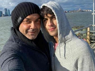 Pic Of The Day: वायरल हो रही है बॉबी देओल की बेटे आर्यमान देओल के साथ ये तस्वीर